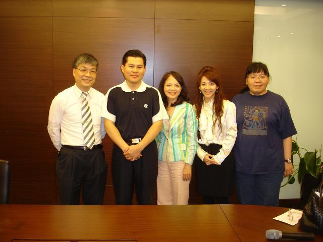課程結束古博仁理事長(左1)、溫國雄理事(左2)、陳雅德理事(右)與周秀原老師及其助理進行合照