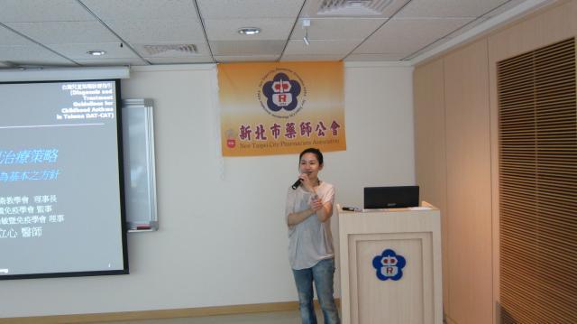 第三節課邀請到聖康診所負責人黃立心醫師進行演講,演講主題為「氣喘控制的治療策略」